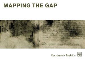 """Postkarte 'Mapping The Gap', Abbildung: """"Häusersprengung in der Briesestraße"""", Pressefoto 1967 (Museum Neukölln)"""