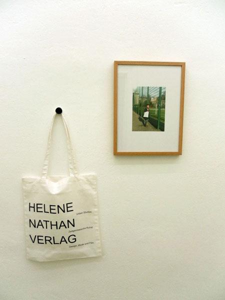 """Birgit Szepanski, Ausstellungsansicht """"Helene Nathan Verlag (1)"""", 2016 Farbfotografie und Tragetasche, Foto: Birgit Szepanski"""