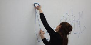 Elma Riza, Movementography, Live Zeichnung mit Klebeband und Stift, 2016/17, Foto: Stephan von Knobloch