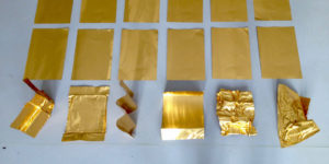 Elma Riza, Golden Fragments, Ortspezifische Installation mit 30 Blätter Gold und Aluminium, 2017, Foto: Elma Riza