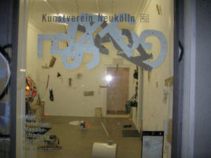 Miet Pondrian: Wasserschaden? von Kartenrecht im Kunstverein Neukölln 2017, Foto: Louis-Max. Gerhardt