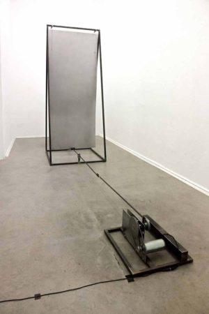 """Sebastian Omatsch. """"Donnerblech"""", 2017. kinetische Klangskulptur. 190 x 90 x 200 cm. Foto: René Moritz"""