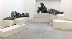 """Gudrun Sailer, """"Fragment"""", 2016, Terrakotta, 20 x 77 x 35 cm und """"Gelegen"""", 2016, Terrakotta, 37 x 88 x 40 cm, Foto: René Moritz"""