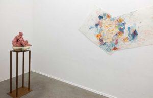 """v.l.n.r.: Gudrun Sailer, """"Frucht"""", 2017, Terrakotta, 46 x 35 x 40 cm, Bodo Rott, """"Stillleben"""", 2017, Monotypie, Öl auf Papier, Foto: René Moritz"""