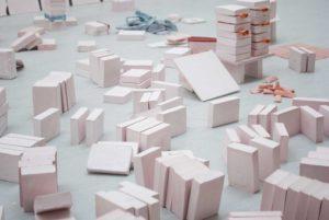 Ana Cantoni, o.T. (Ausschnitt), 2019, Gips, Pigmente, Stoff, ortsbezogene Installation, variabel, Foto: © Ana Cantoni