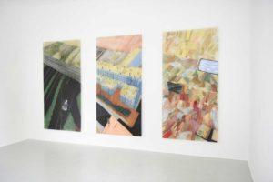 """Paula Carralero Bierzynska, """"Triptychon der Retusche"""", 2019, Öl und Pigment auf Acrylglas, je 250 x 125 cm, Foto: © Franziska Libuda"""