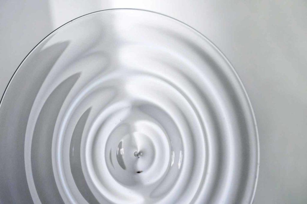 Efraín Mojica, Light Bending Sculpture Nº2 (Detail) 2018, Glas, Beton, Beamer, Spiegel, 100 x 120 x 50 cm Foto: © Efraín Mojica