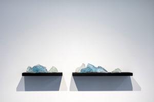 "Lena von Goedeke, ""On a molecular level we never touch"", 2019, Uranglas, Sand, Stahl, Lack, 7-teilig, ca. 120 x 20 x 15 cm, Foto: Lena von Goedeke, Coutresy: Galerie m, Bochum"